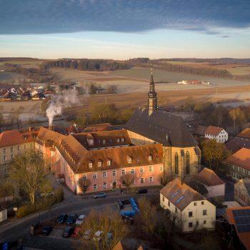 Stiftskirche Himmelkron, Luftaufnahme im Morgenlicht