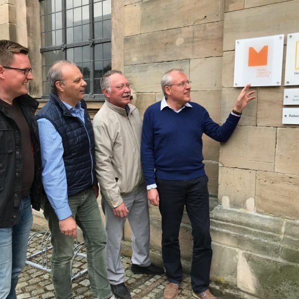 Vorstand Markgrafenkirchen e.V. beim Anbringen einer Beschilderung