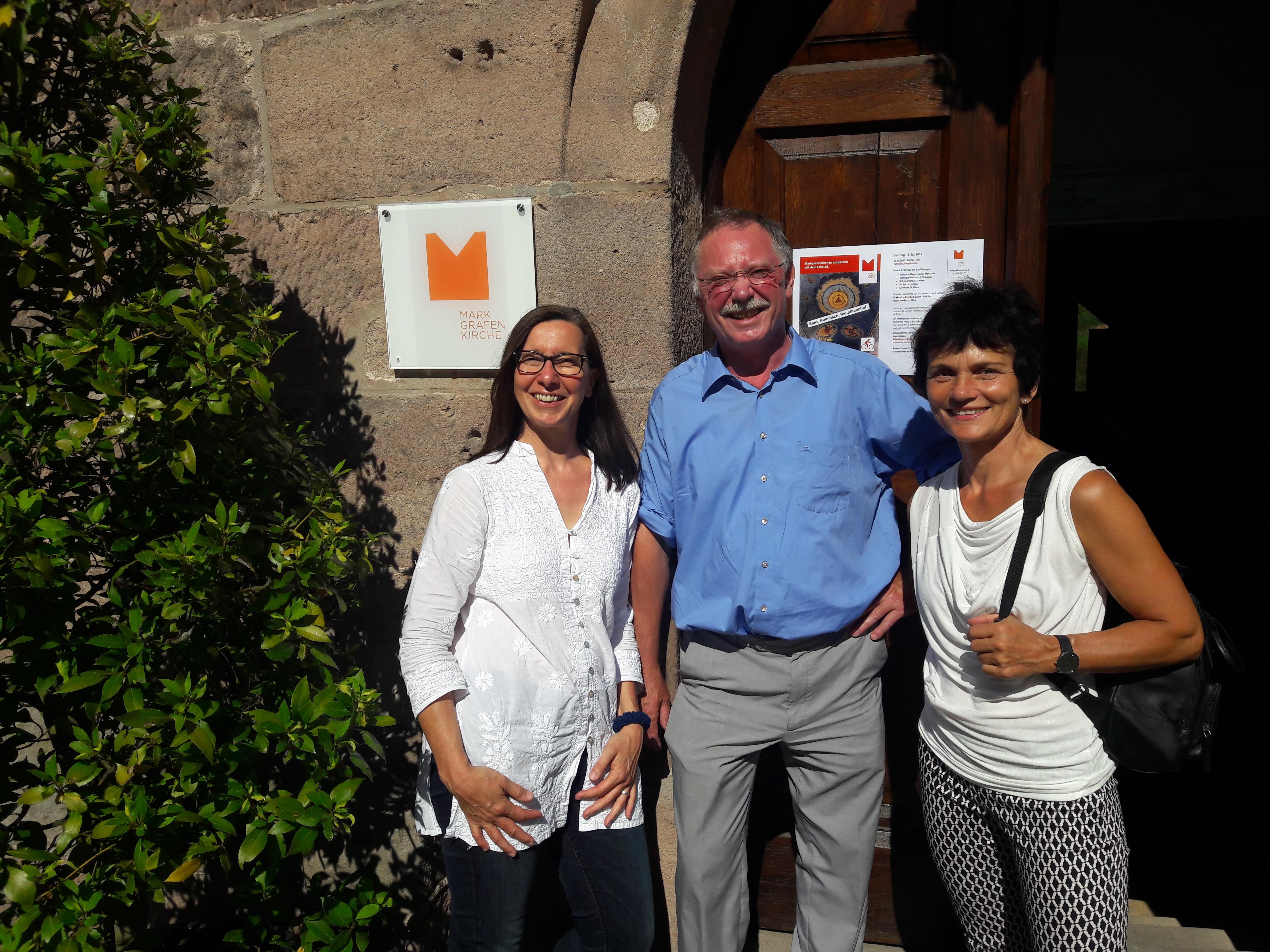 Vor der Pfarrkirche in Kulmbach-Mangersreuth Das LEADER-Team v. l. n. r.: Jutta Geyrhalter, Hans Peetz, Ute Steininger