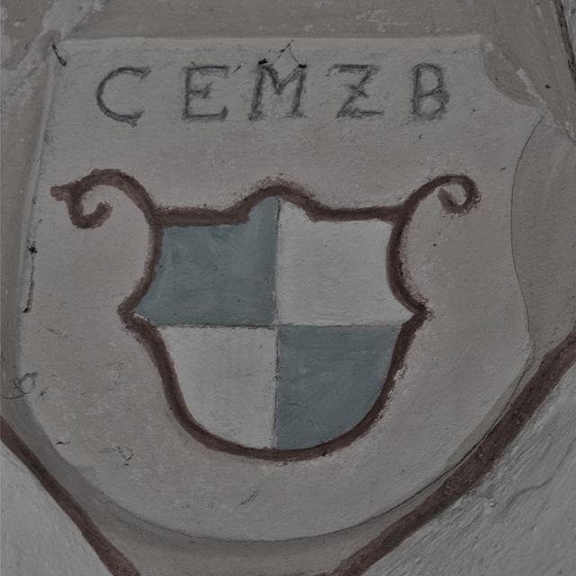 Das Wappen der Hohenzollern (hier in Rugendorf mit den Initialen von Christian Ernst) findet sich in fast allen Markgrafenkirchen.